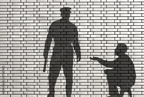 Photo ombre de mendiant et de policier