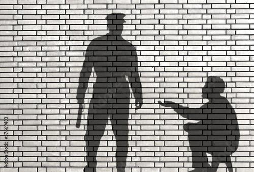 ombre de mendiant et de policier Wallpaper Mural