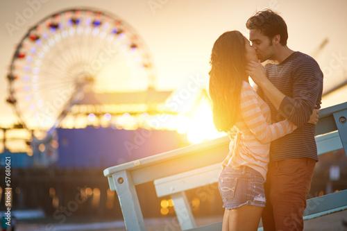 Stampa su Tela romantic couple kissing in front of santa monica