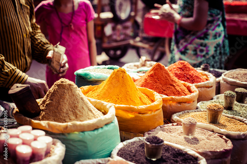 Fotografia  Traditional spices and dry fruits in local bazaar in India.