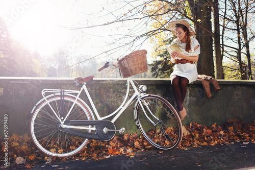 Obraz romantyczna jesienna dziewczyna - fototapety do salonu