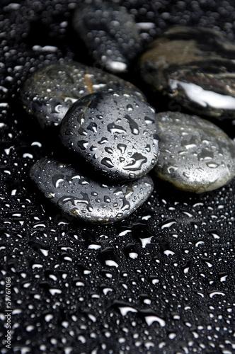 koraliki-rosy-na-mokrych-czarnych-kamieniach