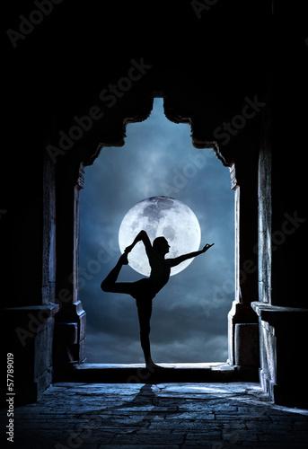 Fotobehang Volle maan Yoga in temple at night