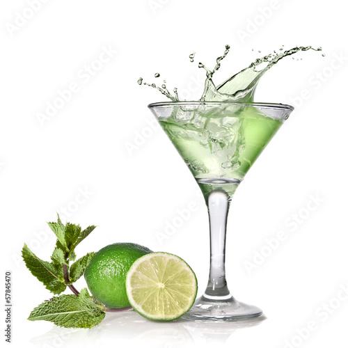 zielony-koktajl-alkoholowy-z-odrobina-limonka-i-mieta-na-bialym-tle-na-wh