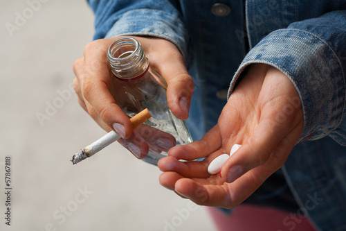 Fotografia  Girl holding vodka,pills and cigarettes