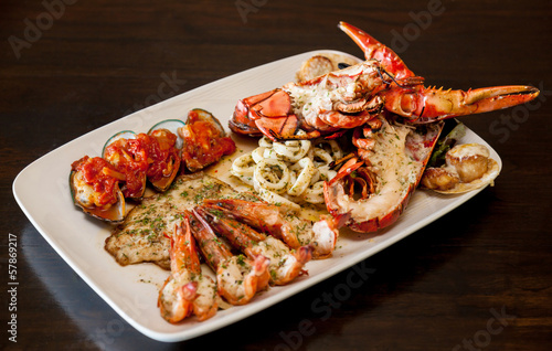 Papiers peints Coquillage Grilled red lobster and seafood on platter.