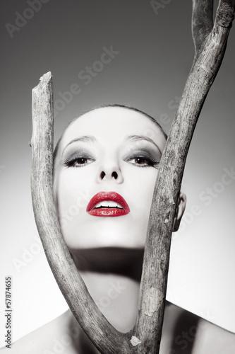 Fototapeta Piękna twarz kobiety z idealnym makijażem na szarym tle wysoka