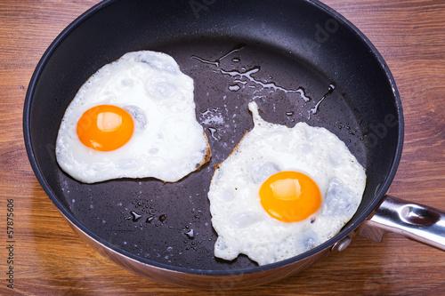 Foto op Plexiglas Gebakken Eieren Fried eggs on the pan
