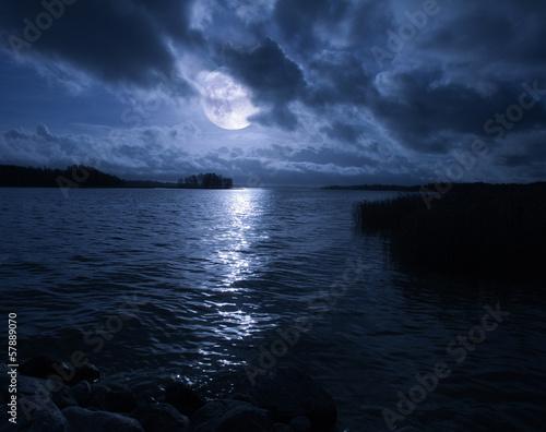 In de dag Volle maan full moon over water