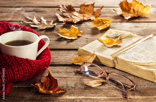 Cadres-photo bureau Automne Hot coffee, book, glasses and autumn leaves on wood