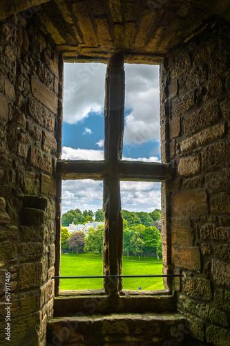 Altes Fenster mit Blick auf den Garten