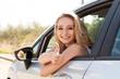 junge lachende frau im autofenster sommer