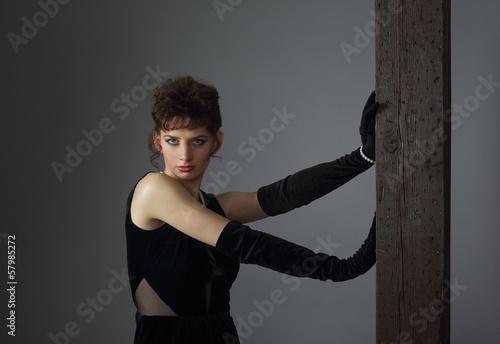 Valokuva  Zjawiskowo urokliwa brunetka w efektownej sukni - 3