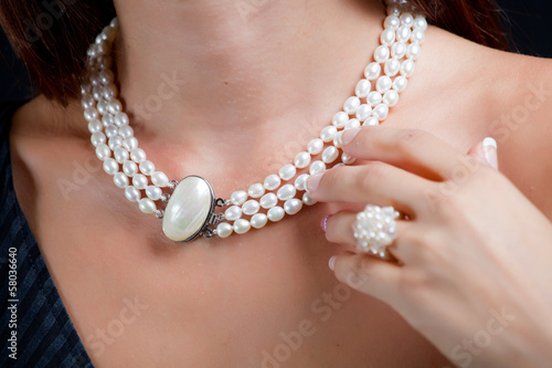 Photo Woman with pearl necklace on her neck