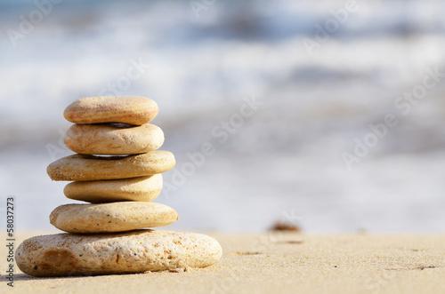 Photo sur Plexiglas Zen pierres a sable Stack of pebbles at the sea coast