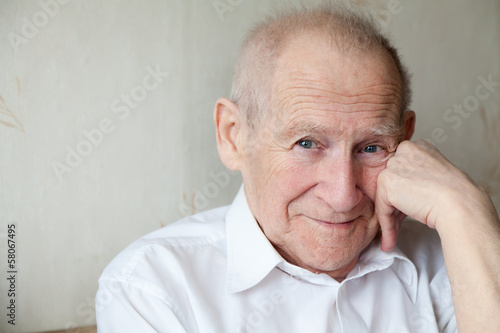 Fotografia  cheerful smiling senior man