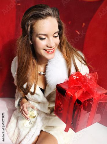 Dama z czerwonym prezentem Fototapete