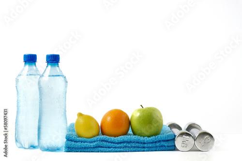 Obraz Owoce i hantle fitness na białym tle. - fototapety do salonu