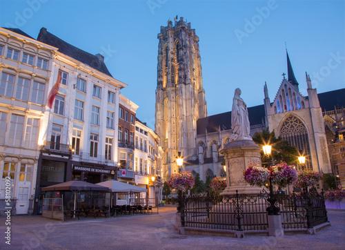 Fotomural  Mechelen - St. Rumbold's cathedral in dusk