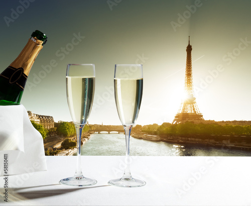 Photo Stands Paris champaign Glasses and Eiffel tower in Paris
