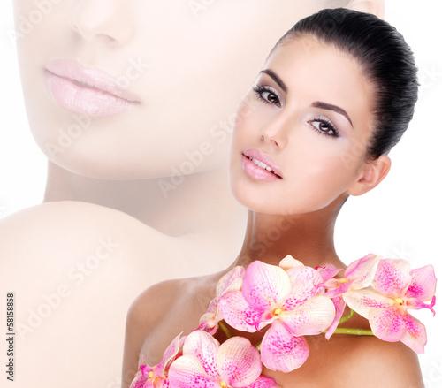 piekna-twarz-kobiety-o-zdrowej-skorze-i-rozowe-kwiaty