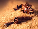 Laska cynamonu i gwiazdka anyżu na brązowym cukrze