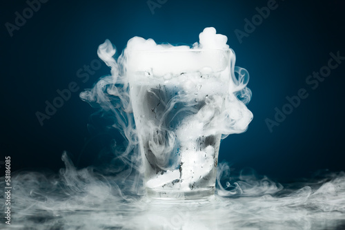 Photo  glass of water with ice vapor