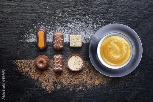 Assortiment de Chocolat avec café espresso sur ardoise