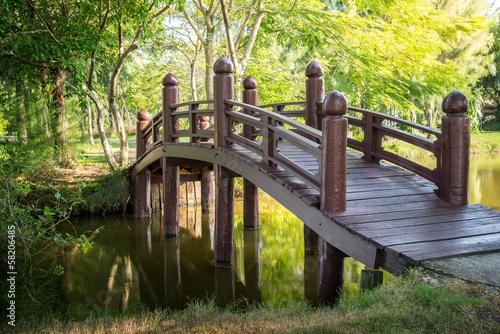 drewniany-most-w-zielonym-lesie-ze-stawem