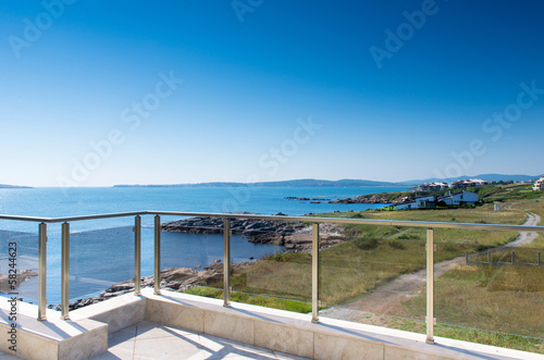 piekny-nowy-budynek-mieszkalny-widok-na-taras-i-morze