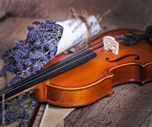 drewniane-skrzypce-i-fioletowa-lawenda