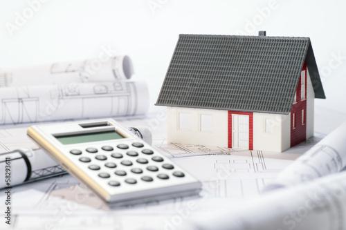 Fotografía  Architekturmodell, Taschenrechner und Baupläne