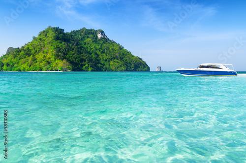 Foto op Canvas Groene koraal Clear water and blue sky