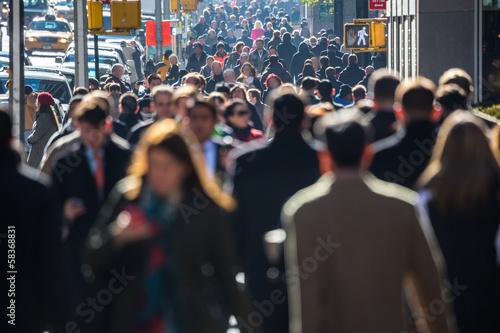 Plakat Anonimowy tłum ludzi chodzących na ulicy miasta