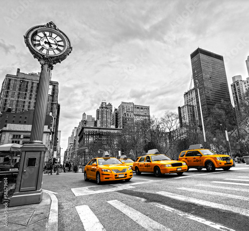 La pose en embrasure New York TAXI 5th Avenue, New York City.