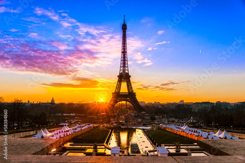 Spoed Foto op Canvas Parijs Eiffel tower at sunrise, Paris.