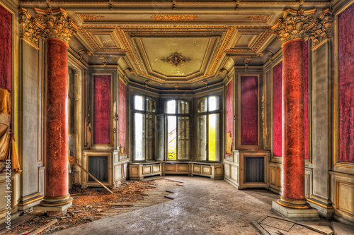 Deurstickers Kasteel Empty majestic room in an abandoned manor
