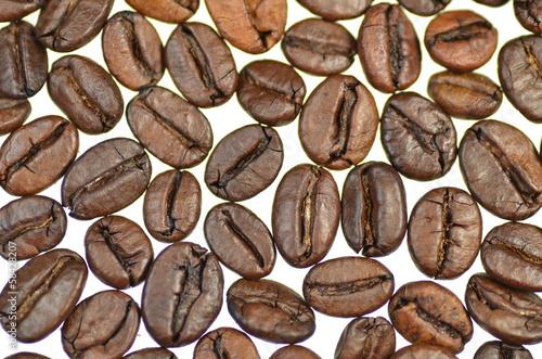 Fotobehang Koffiebonen ziarna kawy na białym tle