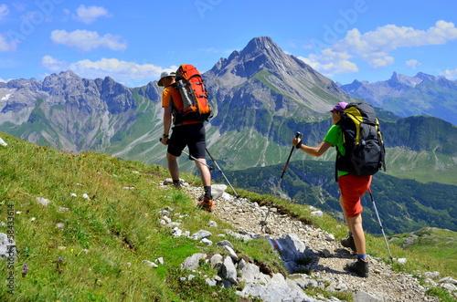 Fotografie, Obraz  Paar bei Bergwanderung
