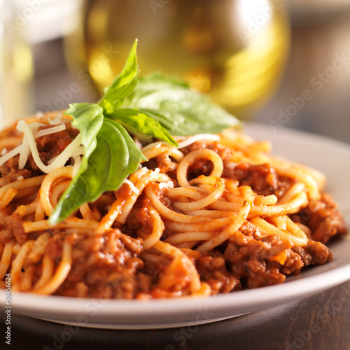 Photo  spaghetti dinner with meat sauce and basil