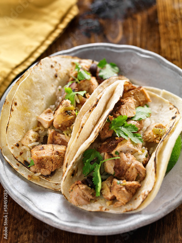 Photo  authentic mexican tacos with chicken and cilantro