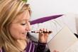 canvas print picture - Frau mit elektrischer Zigarette und Buch