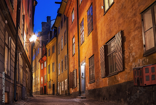 Photo Stands Narrow alley Gamla stan in Stockholm at night.