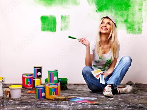 Fototapeta Woman paint wall at home. obraz