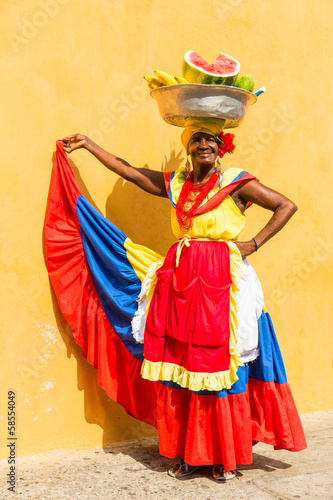 Fotografía  Lady selling fruits in Cartagena, Colombia