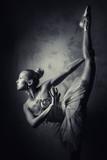 Urocza balerina, czarno-białe zdjęcie - 58555828
