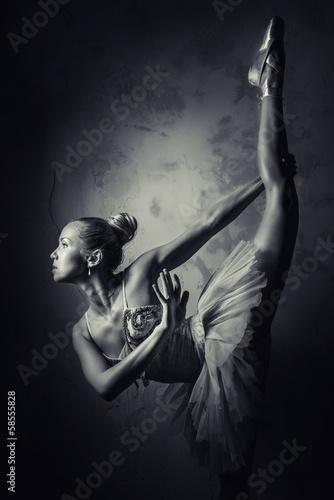 urocza-balerina-czarno-biale-zdjecie