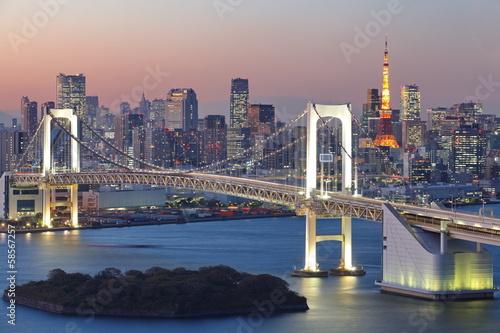 widok-tokio-miasto-przy-noca-z-rainbow-bridge-i-tokio-wierza