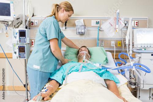 Fotografía  Nurse Adjusting Patient's Pillow