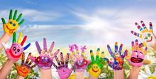 Hände Spielender Kinder Vor Blumenwiese